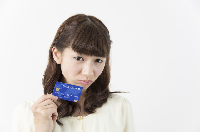 女性がクレジットカードについて迷っている