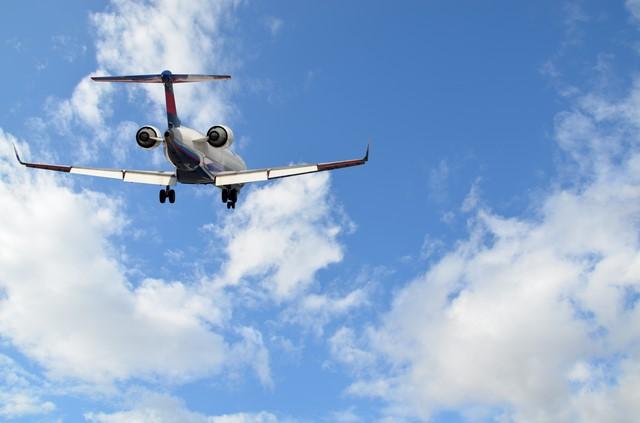 飛行機がフライトしている