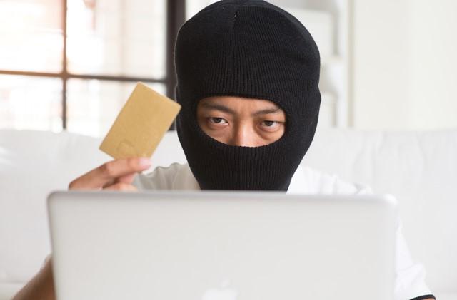 クレジットカードを持つ悪い人