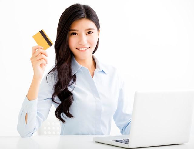 イオンゴールドカードを持つ女性