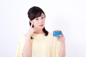 クレジットカードについて悩む女性