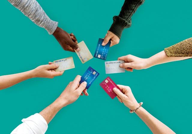 クレジットカードを見せ合