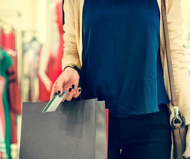 買物をする女性