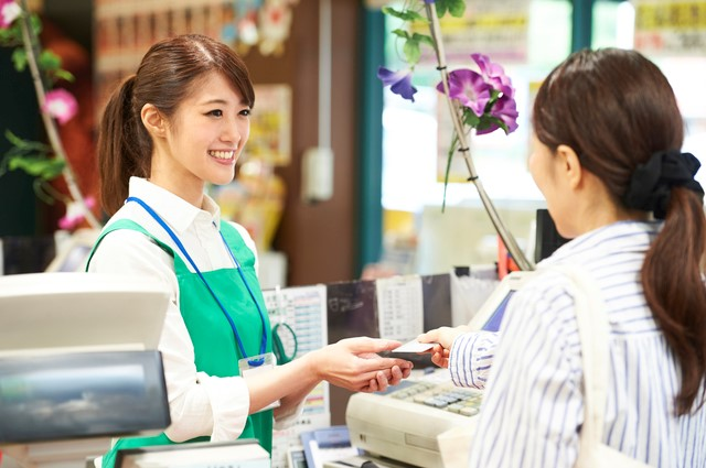 クレジットカードで支払う女性