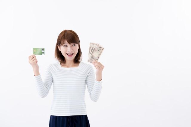 女性とクレジットカード
