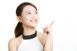 指を上げる女性