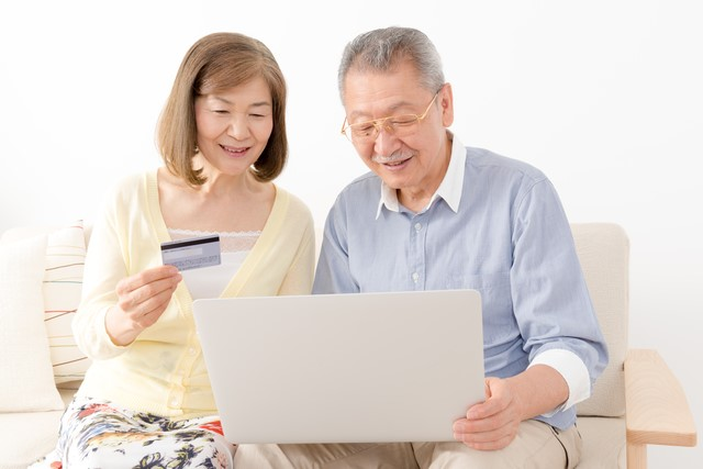 老夫婦とクレジットカード