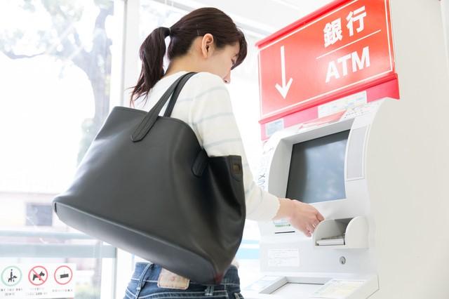 ATMにVIASOカード利用額を入金する女性