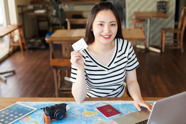 リクルートカードのメリットを考える女性