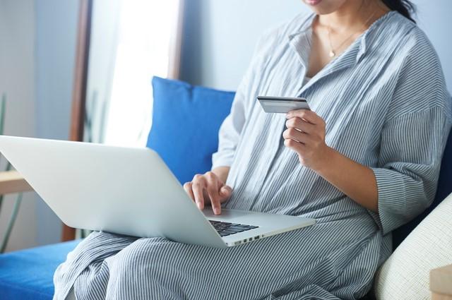 VISAのリクルートカードを使う女性